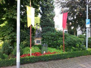 Kolpingdenkmal mit Fahnen