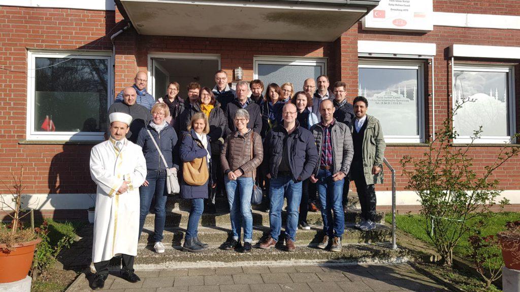 Der Familiekreis 1 vor der Ibbenbürener Moschee mit dem Iman.